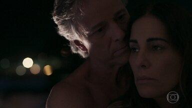 Elizabeth se entrega a Renan - Após passarem a noite juntos, os dois são fotografados por detetive enviado por Natanael