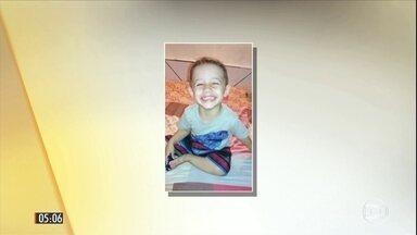 Motorista foge após atropelar menino de dois anos no litoral de SP - Enzo Ricardo Faria estava com a tia, de 18 anos, no canteiro central de uma avenida de Santos quando um carro, em alta velocidade, atropelou os dois. Moradores depredaram o carro, que tem placas da cidade. Veja outras notícias do Brasil.