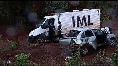 Dois homens morrem e outros três ficam feridos em capotamento em Itumbiara - Polícia suspeita que carro estava em alta velocidade.