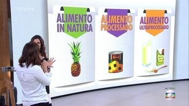 Nutricionista explica qualidade dos nutrientes dependendo do processamento do alimento - A preferência deve ser sempre pelo alimento in natura. Alimentos processados e ultra processados são mais pobres em nutrientes e o consumo deles pode fazer a pessoa ficar obesa e desnutrida ao mesmo tempo