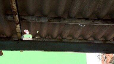 Casas são atingidas por objetos em Aribiri, Vila Velha, ES - Ninguém sabe de onde vêm os objetos.