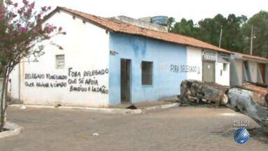 Moradores de Piripá invadem e destroem a delegacia da cidade em protesto contra o delegado - Os moradores pedem a saída do delegado da cidade.