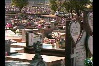 Movimentação nos cemitérios antes do feriado de finados - Muita gente aproveitou o dia ensolarado para fazer a limpeza.
