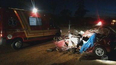 Motorista morre ao bater carro de frente com caminhão em Santo Antônio do Jardim - O carro ficou irreconhecível.