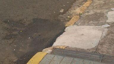Buraco fechado com coco por moradores recebe asfalto em Ribeirão Preto - Obstáculo atrapalhava motoristas na Rua Sete de Setembro, no Centro.