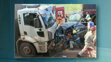Quatro pessoas ficam feridas em acidentes de trânsito nas rodovias da região - Em Toledo mãe e filha foram levadas para o hospital com ferimentos graves. O carro onde elas estavam bateu em um caminhão.