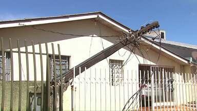 Carro bate em poste e deixa moradores sem luz - O poste quebrou ao meio com o impacto da batida.