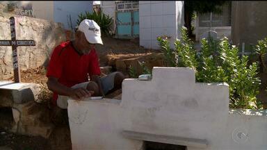 Em Salgueiro, a movimentação foi grande nos cemitérios da cidade - As famílias foram orar pelas pessoas que morreram. Um dia de muitas saudades e lembranças.