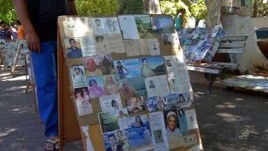 Coleção de santinhos de pessoas mortas vira exposição ao céu aberto no Crato - Confira mais notícias em G1.Globo.com/CE