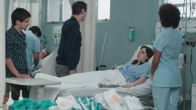 Lica acorda no hospital - Felipe conta que Lica apagou durante a festa. Edgar repreende a filha e mostra que MB está acidentado no leito ao lado do dela