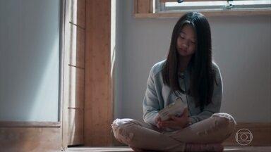 Mitsuko coloca Telma e Tina de castigo - Telma se solidariza com a irmã mais velha e conversa com ela na porta do quarto