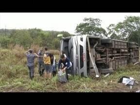 Acidente entre carro e ônibus deixa quatro feridos na BR-381 - Ônibus teria perdido controle em uma curva.
