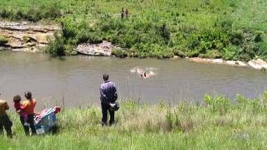 Homem morre afogado depois de salvar filho que caiu em rio em Ponta Grossa - Emerson Luiz Ferreira tinha 27 anos. Ele conseguiu entregar o filho para as pessoas que estavam perto e logo em seguida, acabou se afogando.