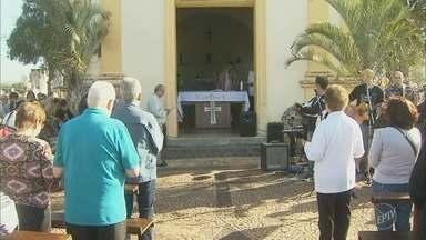 Feriado de finados tem movimento nos cemitérios da região - Cemitérios funcionaram em horário especial