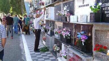 Homenagens marcam o Dia de Finados no RS - Além de familiares e amigos, os túmulos de santos populares também foram muito visitados.