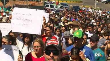 Moradores de Pinhão protestam por mais segurança - Protesto foi depois que menino de 11 anos morreu depois de uma tentativa de assalto.