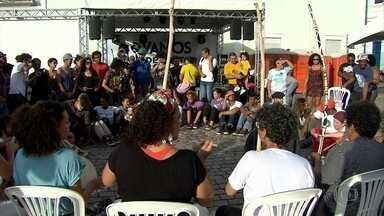 """Ato no Recife discute racismo e chama atenção para violência racial no Brasil - Evento """"Vamos de Preto"""" reuniu representantes de movimentos sociais em defesa dos direitos de comunidades negras."""