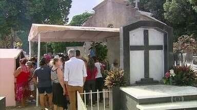 Dia de Finados leva milhares de visitantes aos cemitérios do Grande Recife - Pessoas foram prestar homenagens aos que já foram e lembrar dos amigos e parentes que deixaram saudades.