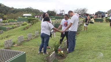 Mesmo com chuva, cemitérios da capital baiana têm grande movimento no Dia de Finados - Homenagens aos mortos marcaram o feriado desta quinta-feira (2).