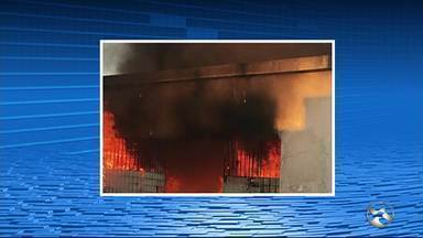Incêndio é registrado dentro de cemitério durante visitas do Dia de Finados em Caruaru - Segundo a Secretaria de Serviços Públicos, o fogo foi apagado pelos próprios funcionários do cemitério.