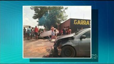 Carro capota após acidente em cruzamento de Araguaína - Carro capota após acidente em cruzamento de Araguaína