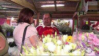 Comerciantes aproveitam Dia de Finados para garantir renda extra - Movimento foi grande em Caruaru e Serra Talhada
