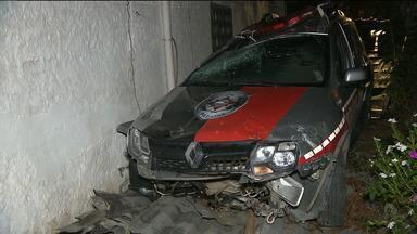 Carro da Polícia militar tombou no bairro do Monte Santo, em Campina Grande - Segundo testemunhas, o acidente aconteceu quando os policiais perseguiam um homem que teria feito um assalto.