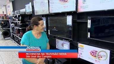 Moradores aproveitam feriado para pesquisar nova televisão - Sinal analógico será desligado neste mês.