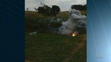 """Explosivos da FAB 'caem do céu' e assustam moradores de Jaraguá, em Goiás - Conhecido como """"flare"""", o artefato é usado para desviar mísseis, e foi encontrado em quatro fazendas da cidade; Força Aérea apura o que ocorreu."""
