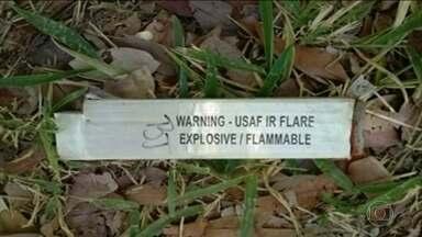 Explosivos usados em treinamentos de caças assustam cidade de Goiás - O objeto que estava intrigando Jaraguá, de apenas 40 mil habitantes, se chama flare. É usado para interceptar mísseis e é jogado do céu pela Força Aérea.
