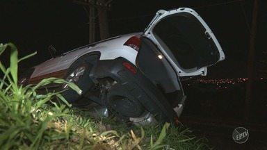 Motorista perde o controle e carro derruba poste na Lix da Cunha, em Campinas - Carro ficou dependurado, mas ninguém se feriu após a colisão.