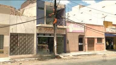 Poste incendeia e deixa Centro de Sousa sem energia - Transformador teria provocado o problema