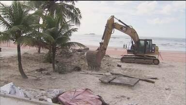 Quiosques começam a ser demolidos em Guarujá - A obra começou nesta segunda-feira (7).