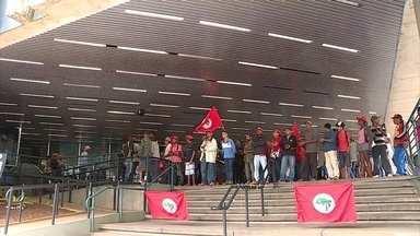 Integrantes do MST ocupam sede da Cemig, em Belo Horizonte - Eles reivindicam instalação elétrica em assentamentos, além do cumprimento de alguns acordos feitos pelo governo de Minas Gerais.