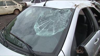 Adolescente de 15 anos morre em acidente em Umuarama - A Polícia afirma que o motorista era um adolescente de 17 anos que tinha bebido. No acidente, outras duas pessoas ficaram feridas na madrugada de quarta-feira (08)