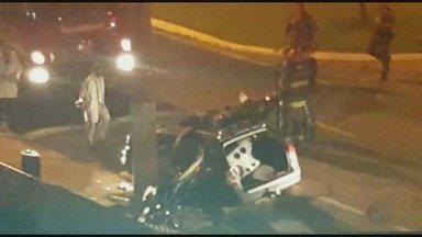 Motorista de 27 anos morre após bater carro em poste em Franca, SP - Acidente aconteceu na Avenida Abraão Brickman, no bairro Jardim Leporace.