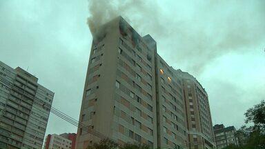 Apartamento é destruído pelo fogo em Curitiba - Uma pessoa morreu e outra ficou ferida.