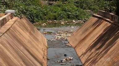 Moradores reclamam da sujeira nas proximidades de uma escola no Crato - Saiba mais em g1.com.br/ce