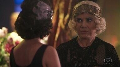 Madame Lucerne pergunta por Natália - Ela estranha quando Felícia diz que ela está atendendo um italiano riquíssimo