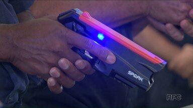 Guardas municipais recebem armas de choque em Paranavaí - O trabalho com os novos equipamentos devem começar ainda este mês.