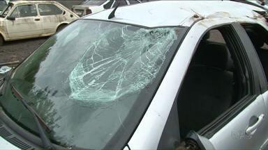 Adolescente bêbado bate o carro e causa morte de amigo em Umuarama, diz polícia - Segundo a polícia, o rapaz que estava como passageiro foi jogado para fora do carro e morreu, em Umuarama.