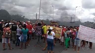 Protesto pede construção de casas para famílias que não têm onde morar - Rodovias foram fechadas no Recife e no Cabo de Santo Agostinho, complicando o trânsito.