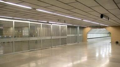 Funcionários do metrô decretam greve - Justiça determina ao Sindicato, que metrô funcione com 90% da capacidade nos horários de pico. Bom Dia DF está acompanhando a greve em Taguatinga e Ceilândia. DFTrans colocou um reforço de ônibus para os passageiros.