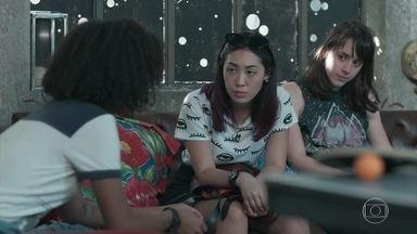 Ellen desabafa com as amigas sobre sua última semana - Lica garante a Tina que não dormiu com Deco. Ellen diz que está mal e conta que teve os piores dias de sua vida