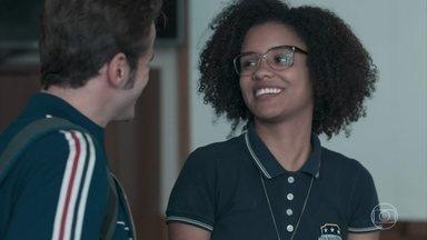Jota diz a Ellen que o robô foi selecionado para o festival de tecnologia - Ellen teme que Malu não financie sua viagem e sofre bullying de duas meninas da escola