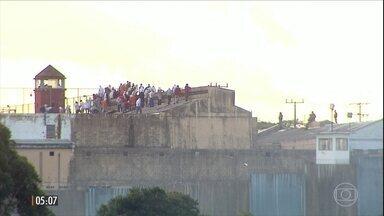 Detentos mantêm dois agentes penitenciários reféns em presídio em Cascavel (PR) - De acordo com a PM, cerca de 500 detentos encapuzados e alguns armados com facas tomaram o telhado da penitenciária. Um preso foi morto decapitado.