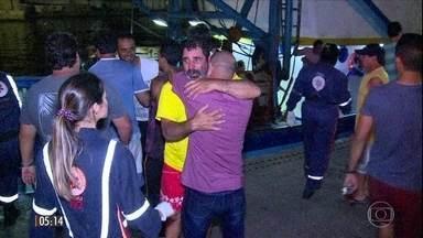 Emoção marca reencontro de sobreviventes de naufrágio com familiares em Niterói, no RJ - Cinco pessoas ainda estão desaparecidas depois que o barco com 23 pessoas afundou no mar em Angra dos Reis.