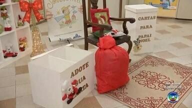 Cartas ao Papai Noel estão disponíveis para adoção nos Correios da região de Bauru - A campanha 'Papai Noel dos Correios' começa nesta sexta-feira (10) e pessoas interessadas podem adotar uma carta de uma criança carente diretamente nas agências.