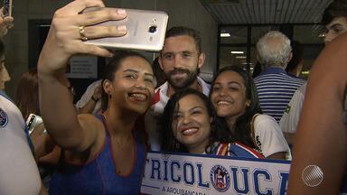 Jogadores do Bahia são recebidos com festa pelos torcedores no aeroporto de Salvador - Confira as notícias do tricolor baiano.