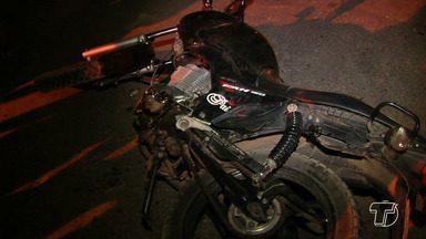 Em batida, mulher que estava em garupa de moto é arremessada e morre na PA-370 - Motociclista bateu com um carro na PA-370, no trecho do bairro Jaderlância. Outras duas pessoas ficaram feridas e levadas ao Pronto Socorro Municipal.